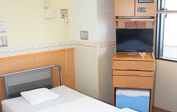 4人室・個室・特別室から選べます。床頭台システム[テレビ・冷蔵庫・インターネット](有料※)、椅子、ロッカー