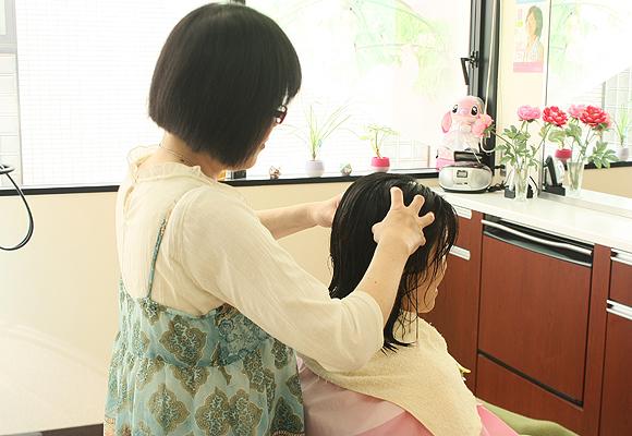 """産後のママさんに当院「美容室こすもす」での""""ヘッドスパ""""のサービスをさせていただいています♪"""
